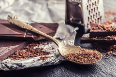 Σοκολάτα μαύρη σοκολάτα Μερικοί κύβοι της μαύρης σοκολάτας με τα φύλλα μεντών Στοκ φωτογραφία με δικαίωμα ελεύθερης χρήσης