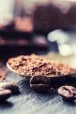 Σοκολάτα μαύρη σοκολάτα Μερικοί κύβοι της μαύρης σοκολάτας με τα φύλλα μεντών Στοκ Εικόνα