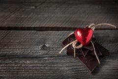 Σοκολάτα με την κορδέλλα και καρδιά στην αγάπη ημέρας βαλεντίνων ` s του ST Στοκ εικόνα με δικαίωμα ελεύθερης χρήσης