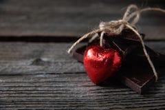 Σοκολάτα με την κορδέλλα και καρδιά στην αγάπη ημέρας βαλεντίνων ` s του ST Στοκ φωτογραφία με δικαίωμα ελεύθερης χρήσης
