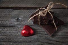 Σοκολάτα με την κορδέλλα και καρδιά στην αγάπη ημέρας βαλεντίνων ` s του ST Στοκ Φωτογραφίες
