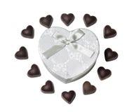 Σοκολάτα μορφής καρδιών και κιβώτιο δώρων μορφής καρδιών που απομονώνεται Στοκ Εικόνα