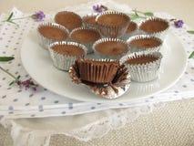 Σοκολάτα πάγου με τη σκόνη κακάου, την κονιοποιημένα ζάχαρη και το έλαιο καρύδων στα μίνι φλυτζάνια αλουμινίου Στοκ φωτογραφίες με δικαίωμα ελεύθερης χρήσης