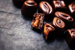 Σοκολάτα πέρα από το μαύρο υπόβαθρο Καραμέλα σοκολάτας, κακάο Assortm στοκ φωτογραφία με δικαίωμα ελεύθερης χρήσης