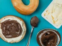 Σοκολάτα που διαδίδονται και Bagel τυριών κρέμας Στοκ εικόνα με δικαίωμα ελεύθερης χρήσης