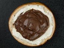 Σοκολάτα που διαδίδονται και Bagel τυριών κρέμας Στοκ φωτογραφία με δικαίωμα ελεύθερης χρήσης