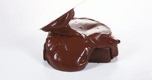 Σοκολάτα που ρέει στο άσπρο υπόβαθρο απόθεμα βίντεο