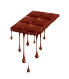 Σοκολάτα που στάζει από το φραγμό σοκολάτας που απομονώνεται στο λευκό Στοκ Εικόνα