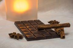 Σοκολάτα, ραβδιά κανέλας και γλυκάνισο αστεριών στοκ εικόνα με δικαίωμα ελεύθερης χρήσης