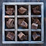 Σοκολάτα στο εκλεκτής ποιότητας κιβώτιο στοκ εικόνες