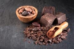 Σοκολάτα, φασόλια κακάου και σκόνη κακάου Στοκ Εικόνες