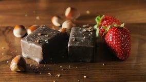 Σοκολάτα, φράουλες και καρύδια απόθεμα βίντεο