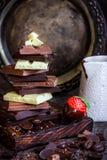 Σοκολάτα/φραγμός σοκολάτας/υπόβαθρο σοκολάτας/πύργος και φράουλα σοκολάτας Στοκ Φωτογραφίες