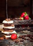 Σοκολάτα/φραγμός σοκολάτας/υπόβαθρο σοκολάτας/πύργος και φράουλα σοκολάτας Στοκ Εικόνα