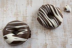 Σοκολάτα δύο που καλύπτεται donuts Στοκ Φωτογραφίες