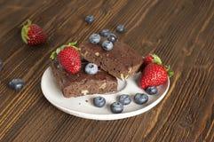 Σοκολάτα - brownie κερασιών που εξυπηρετείται με το βακκίνιο και τη φράουλα στοκ εικόνα με δικαίωμα ελεύθερης χρήσης