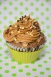 Σοκολάτα cupcake με τη γλυκιά κάλυψη γάλακτος Στοκ φωτογραφία με δικαίωμα ελεύθερης χρήσης