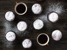 Σοκολάτα cupcake με δύο φλυτζάνια Στοκ εικόνες με δικαίωμα ελεύθερης χρήσης