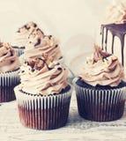 Σοκολάτα cupcake με mousse την τήξη κρέμας διαστημικό τονισμό αντιγράφων υποβάθρου grunge στον άσπρο ξύλινο Στοκ Εικόνες