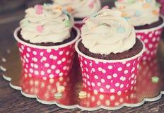 Σοκολάτα cupcake με mousse την τήξη κρέμας στο σκοτεινό ξύλινο διάστημα αντιγράφων υποβάθρου grunge Στοκ Εικόνες