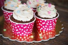 Σοκολάτα cupcake με mousse την τήξη κρέμας στο σκοτεινό ξύλινο διάστημα αντιγράφων υποβάθρου grunge Στοκ Φωτογραφίες