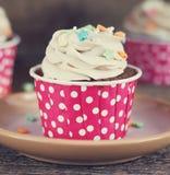 Σοκολάτα cupcake με mousse την τήξη κρέμας στο σκοτεινό ξύλινο διάστημα αντιγράφων υποβάθρου grunge Στοκ Φωτογραφία
