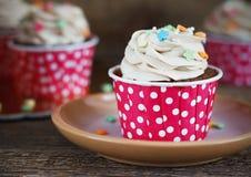 Σοκολάτα cupcake με mousse την τήξη κρέμας στο σκοτεινό ξύλινο διάστημα αντιγράφων υποβάθρου grunge Στοκ εικόνες με δικαίωμα ελεύθερης χρήσης