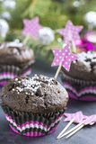 Σοκολάτα Cupcake με Snowflakes στο ρόδινο καλάθι Στοκ Φωτογραφία