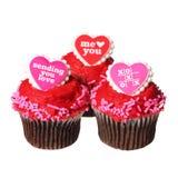 Σοκολάτα cupcakes με τις κόκκινες καρδιές στις κορυφές, που απομονώνονται στοκ εικόνες