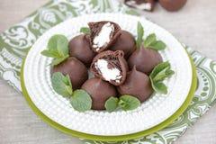 Σοκολάτα profiteroles με το εξοχικό σπίτι. Στοκ Φωτογραφίες