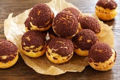 Σοκολάτα profiteroles με το krokantom Στοκ Φωτογραφία