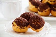Σοκολάτα profiteroles με το krokantom Στοκ Εικόνα