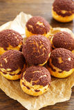 Σοκολάτα profiteroles με το krokantom Στοκ Εικόνες