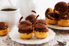 Σοκολάτα profiteroles με το krokantom Στοκ Φωτογραφίες
