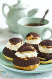 Σοκολάτα profiteroles με το krokantom Στοκ εικόνα με δικαίωμα ελεύθερης χρήσης
