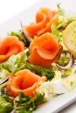 σολομός σαλάτας που καπνίζεται Στοκ φωτογραφία με δικαίωμα ελεύθερης χρήσης
