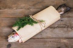 Σολομός συσκευασίας στον ξύλινο πίνακα Στοκ Εικόνες