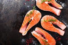 Σολομός φρέσκος σολομός ψαριών Ακατέργαστες μπριζόλες ψαριών σολομών Στοκ φωτογραφίες με δικαίωμα ελεύθερης χρήσης