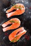 Σολομός φρέσκος σολομός ψαριών Ακατέργαστες μπριζόλες ψαριών σολομών Στοκ Φωτογραφία