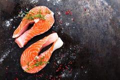 Σολομός φρέσκος σολομός ψαριών Ακατέργαστες μπριζόλες ψαριών σολομών Στοκ εικόνα με δικαίωμα ελεύθερης χρήσης