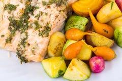 Σολομός χορταριών σκόρδου με τα μικρά λαχανικά Στοκ Φωτογραφίες