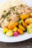 Σολομός χορταριών σκόρδου με τα μικρά λαχανικά Στοκ Φωτογραφία