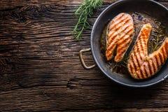 Σολομός Ψημένος στη σχάρα σολομός ψαριών Ψημένη στη σχάρα μπριζόλα σολομών στο ψημένο τηγάνι στον αγροτικό ξύλινο πίνακα Στοκ Εικόνες