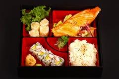 Σολομός Teriyaki και καλαθάκι με φαγητό ρόλων Καλιφόρνιας Στοκ φωτογραφία με δικαίωμα ελεύθερης χρήσης