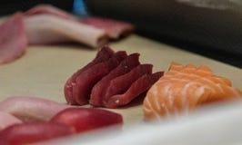 Σολομός, Yellowtail τόνος, και sashimi τόνου Ahi που τεμαχίζεται στοκ φωτογραφίες