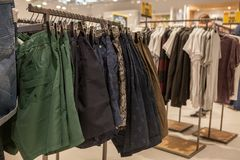 Σορτς στο ράφι μαγαζιό Μοντέρνα ενδύματα στα ράφια στο κατάστημα Σορτς που κρεμούν στις φανέλλες στο κατάστημα μόδας εμφανίστε στοκ εικόνες