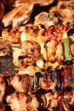 Σουβλισμένος στο ξύλινα κρέας χοιρινού κρέατος ραβδιών νόστιμα και το μίγμα λαχανικών Στοκ Φωτογραφία
