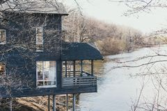 Σουηδικά εξοχικά σπίτια από τον ποταμό Ξύλινα σπίτια για το υπόλοιπο πέρα από τον ποταμό Όμορφες διακοπές στην επαρχία στοκ φωτογραφία με δικαίωμα ελεύθερης χρήσης