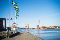 Σουηδικές σημαίες που πετούν στο λιμάνι του Γκέτεμπουργκ, Σουηδία Στοκ Εικόνες