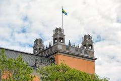 Σουηδική σημαία στη στέγη του παλαιού σπιτιού στη Στοκχόλμη, Σουηδία Στοκ εικόνες με δικαίωμα ελεύθερης χρήσης